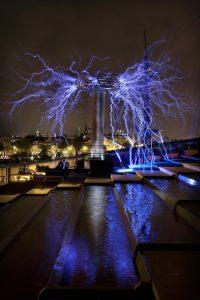 Nederland, Amsterdam, Nemo, museumnacht, teslaspoelen, Foto : Matrk Kohn Op het dak van Nemo bouwt Stichting EMM, Electromagnetic Magnificence een teslaspoel van bijna 5 meter hoog die tot 10 meter bliksem kan produceren. EMMhoudt zich onder andere bezig met het bouwen van teslaspoelen. een eind 19e eeuwse uitvinding van de joegoslavische onderzoeker en uitvinder Nikola Tesla.Een teslaspoel is een hoogfrequente transformator die werkt volgens het principe van resonantie tussen spoelen en condensatoren. Hiermee worden hele hoge spanningen opgewekt, in de orde van 100-1000 kilovolt. In de top van de teslaspoel vinden daardoor ontladingen in de vorm van vonken plaats. Doordat de vonken heel snel op elkaar volgen groeien ze uit tot lange wild om zich heen grijpende bliksems.